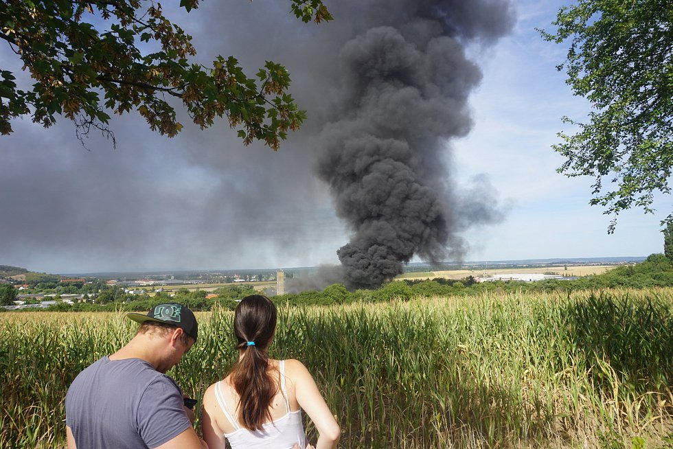 Požár na Karlově je vidět do širokého okolí.