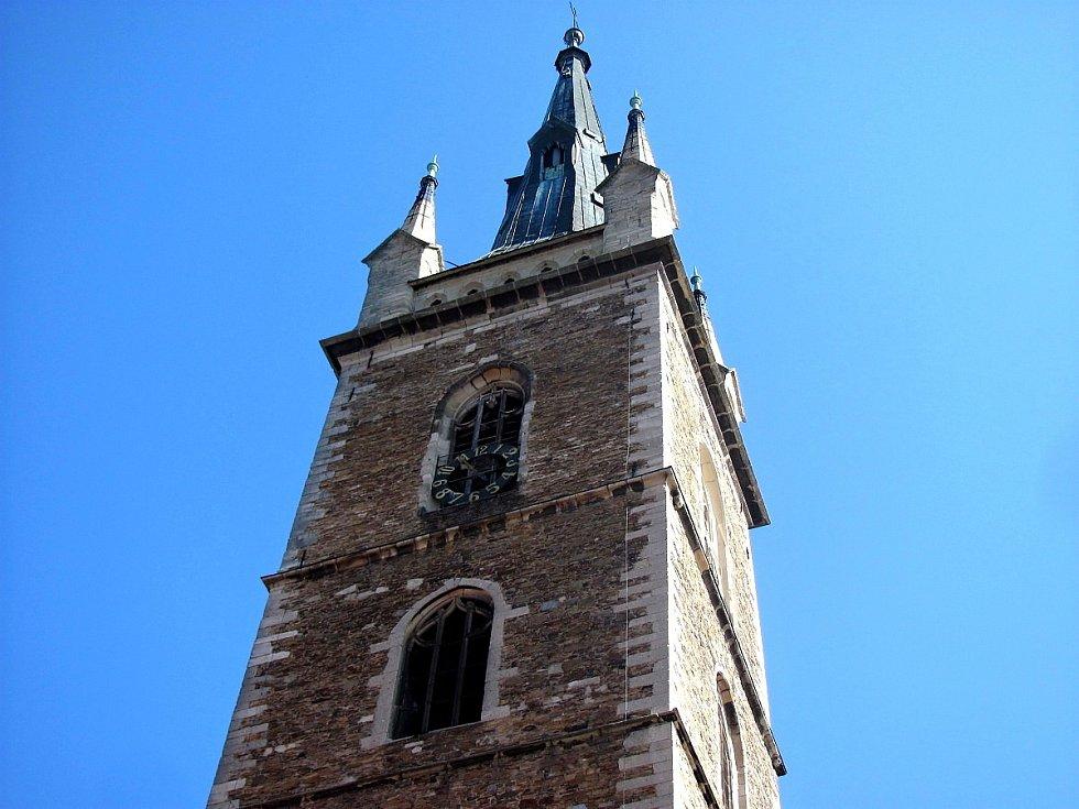 Věž kostela sv. Petra a Pavla v Čáslavi.