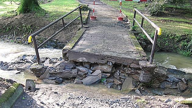 Stržená lávka v Tyršových sadech v Uhlířských Janovicích musela být zbourána a znovu postavena.