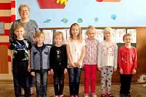 Prvňáčci z Vlkanče s třídní učitelkou Marcelou Formánkovou ve školním roce 2019/2020.