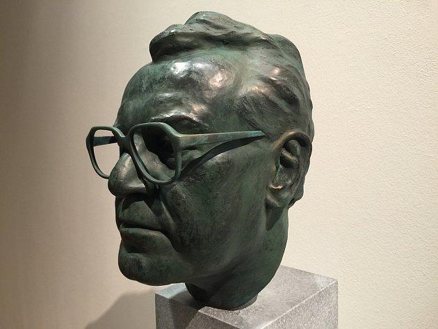 Vítězný návrh sochařského portrétu Miloše Formana od Jana Padyšáka.