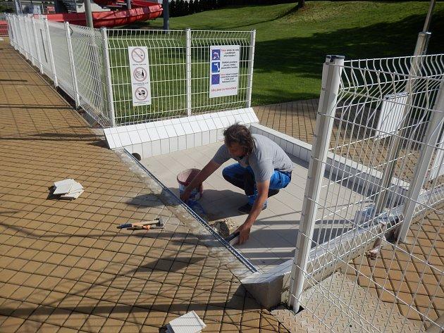Příprava letní plovárny je v plném proudu.