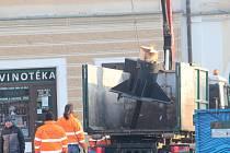 Pokácení a rozřezání vánočního stromu na Palackého náměstí v Kutné Hoře.