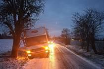 Řidič nákladního vozu uvízl v příkopu u Vlačic.