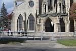 Před sedleckou katedrálou vyrostlo nové zábradlí