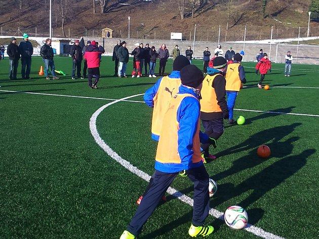 Ukázkový trénink v podání mladších a starších žáků FK Čáslav v rámci trenérského kurzu licence C.