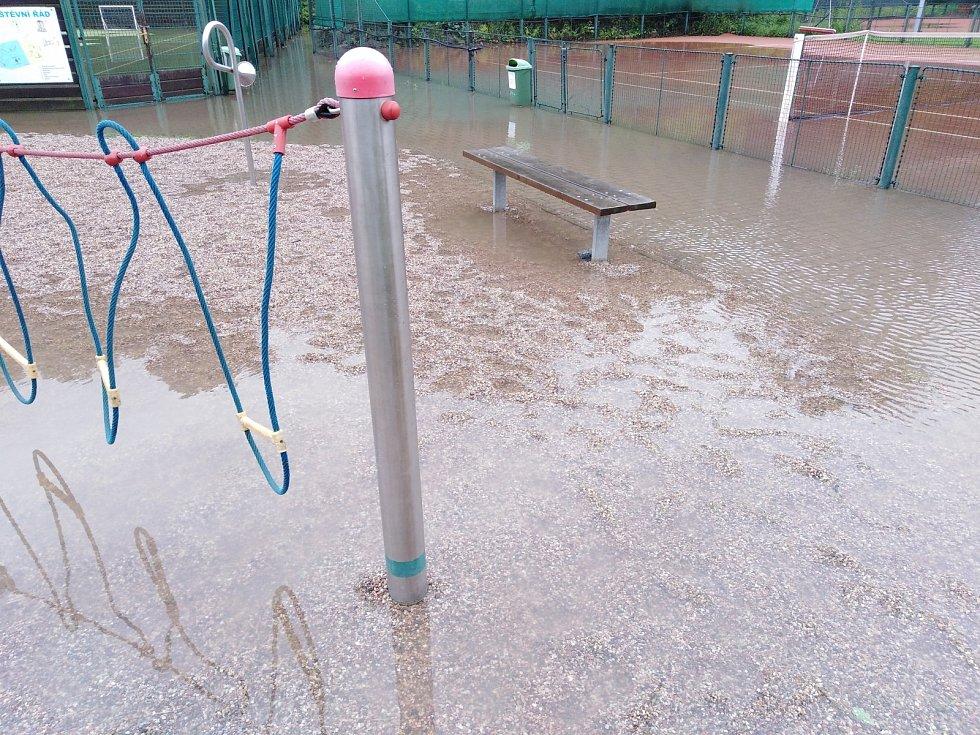 Zaplavené sportoviště a dětské hřiště v čáslavských Vodrantech.