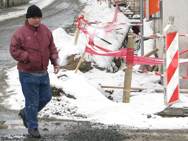 Výkopy překryté sněhem v Mahenově ulici včera čekaly na dělníky, kteří dokončí poslední přípravnou fázi před revitalizací historického centra města.