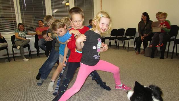 Děti v miskovické mateřince se věnují canisterapii.