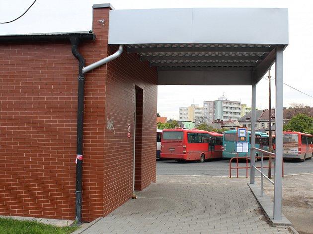 Přístřešek na autobusovém nádraží vyvolal rozporuplné názory občanů