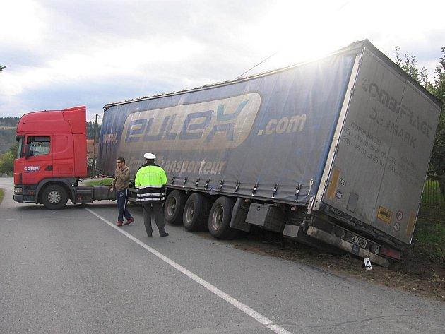 Havarovaný kamion ve Zruči nad Sázavou.