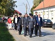 Členové Sboru dobrovolných hasičů Hlízov při oslavách výročí v čele se starostou obce.