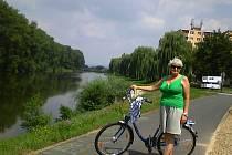 Věra Slanařová se vyfotografovala na cyklostezce kolem Baťova kanálu a řeky Moravy.