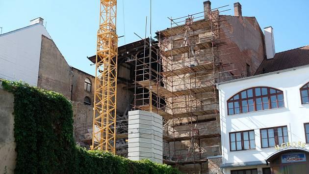 Zřícení části zdi dvorního traktu bývalého hotelu Černý kůň v Kutné Hoře.