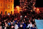 Vánoční stromy na náměstích ještě nemají ani stoletou tradici. Stromeček na Palackého náměstí v Kutné Hoře se také v roce 2008 poprvé rozzářil na svátek Barbory.