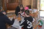 Svou zručnost si mohli návštěvníci vyzkoušet při zdobení kraslic, dozvědět se co je zvykoslovné pečení nebo si vyrobit ptáčka z přírodních materiálů.