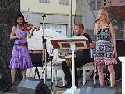 Před promítáním Řachandy zahrála kapela Melissa a Kozičky.