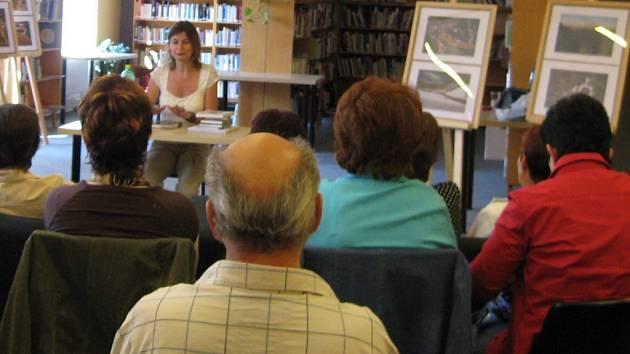 Radka Denemarková v kutnohorské knihovně.