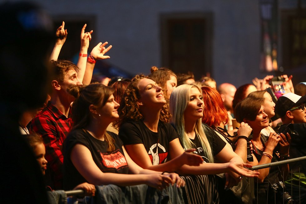 Z koncertu kapely Rybičky 48 v zahradě kláštera sv. Voršily v Kutné Hoře.