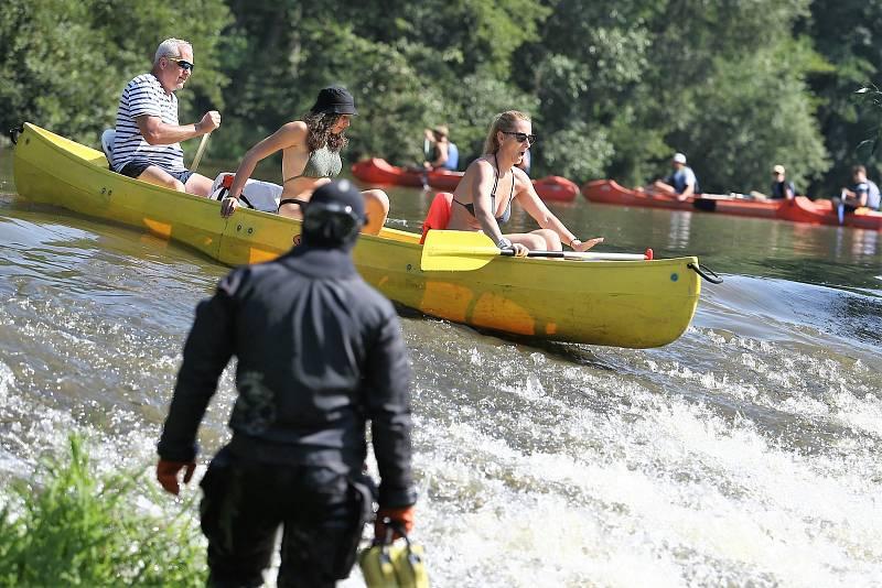 Vodáci u jezu na řece Sázavě mezi Otryby a Soběšínem v době policejního pátrání po dvou pohřešovaných mladících.