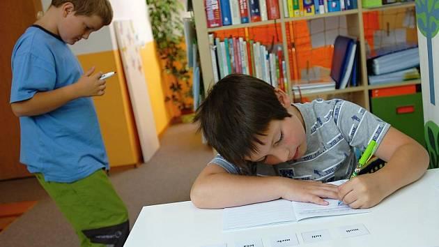 Při učení ve studijním centru Basic  Adámek (vzadu) a Kryštůfek aktivně zapojují různé smysly.