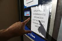 Varovná tabulka na potravinách Marold v Červených Janovicích na Kutnohorsku. V obci bylo na některých místech opět zavedeno nošení roušek.
