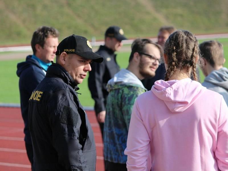 Z projektu Přes bariéry s policií na atletickém stadionu SKP Olympia v Kutné Hoře.