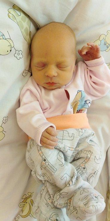 Julie Rejhonová se poprvé na svět podívala 25. března 2021 v 1. 18 hodin v čáslavské porodnici. Vážila 2140 gramů a měřila 47 centimetrů. Domů na Chmeliště si ji odvezli maminka Tereza a tatínek Jakub.