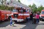 Prohlídka hasičské zbrojnice přilákala mnoho zájemců.
