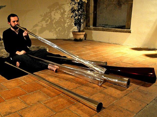 V současnosti jeden z nejnadanějších hráčů na didgeridoo Ondřej Smeykal.