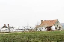 Odstrašujícím příkladem, jak může skončit opuštěná zemědělská budova, je bývalý kravín v Solopyskách. Ze zatím neznámé příčiny vyhořel v noci z jedenáctého na dvanáctého února.