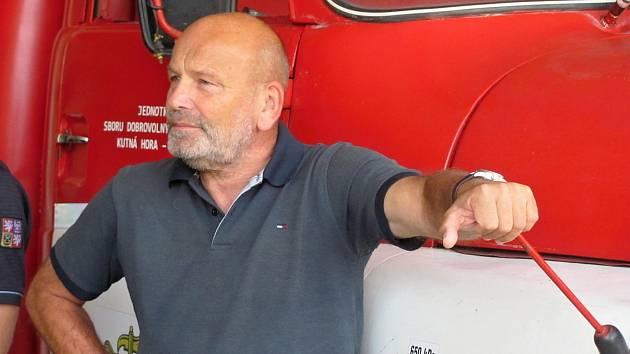 Tajemník Městského úřadu Kutná Hora Tomáš Hobl při předání hasičského vozidla CAS 24 na podvozku Tatra 815 dobrovolným hasičům v Malíně.
