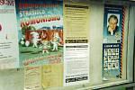 Volební plakáty různých politických stran na Žižkově v Kutné Hoře.