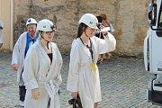Lidé si v perkytlích užili prohlídku středověkého dolu.