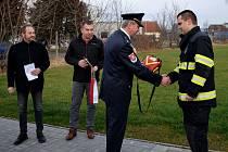 Ze slavnostního předání automatického externího defibrilátoru dobrovolným hasičům ve Vrdech.