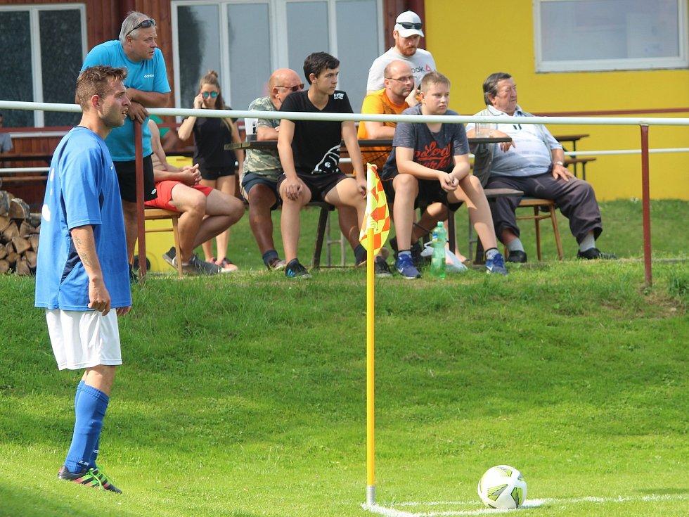 Červenojanovický fotbalista Zdeněk Schneiderwind v utkání s Kačinou.