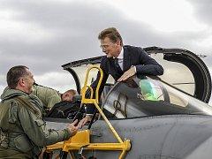 Britský velvyslanec Nick Archer na letecké základně v Čáslavi. Na snímku s českým pilotem Radoslavem Matulou.