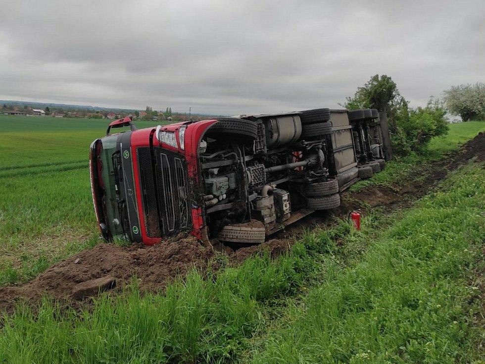 Kamion v příkopu u silnice I/38 nedaleko křižovatky Skalka pod Kaňkem.
