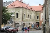 Dům Dačického se stále opravuje.