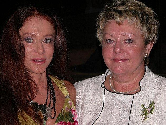 Blanka Matragi (vlevo) jako svědkyně na svatbě v Kutné Hoře.