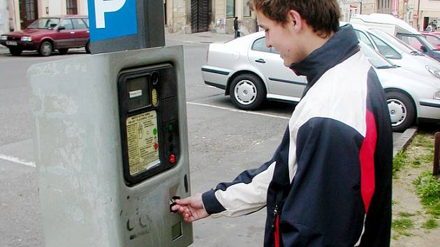 Ze starých automatů se lidé parkovacího lístku mnohdy vůbec nedočkali. Strážníkům městské policie pak při kontolách zaparkovaných vozidel nezbývalo, než to tolerovat.