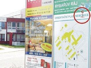 Informační cedule v areálu kutnohorské nemocnice.