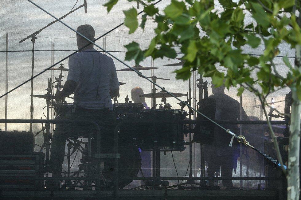 Koncert No Name v zahradě GASKu.