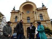 Anita Moravec Gard před čáslavskou synagogou.