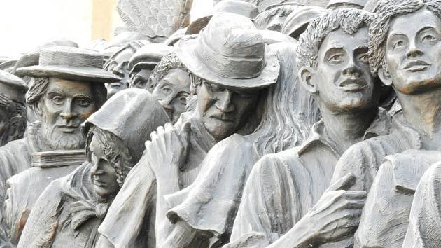 Bronzové sousoší 'Angels Unawares' na Svatopetrském náměstí ve Vatikánu.