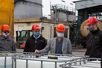 Jan Ptáček – ředitel SPŠCH Pardubice - 1. zleva, Martin Kubů – generální ředitel Ethanol Enerhy - 2. zleva, Martin Netolický – Hejtman Pardubického kraje - 2. zprava a Radovan Smítka – obchodní ředitel Ethanol Energy.
