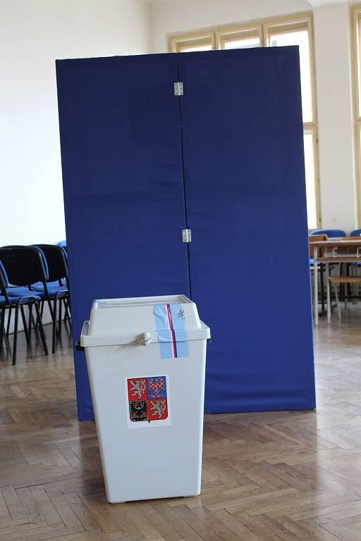 Volební místnost v čáslavské průmyslové škole.