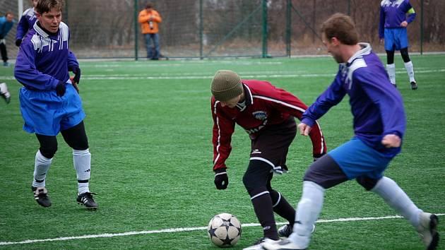 Kutnohorský Martin Šváb bojuje o míč mezi zbraslavickými protihráči.