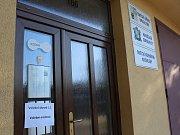 Volební místnost v Krchlebech.