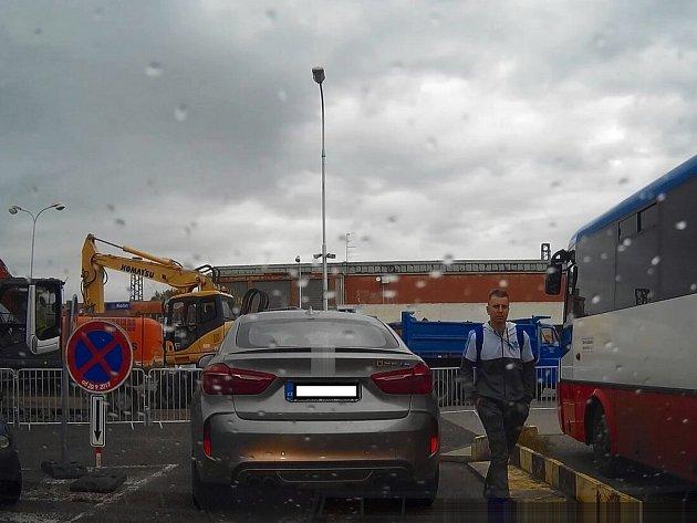 Kutnohorští policisté hledají muže z kamerového záznamu.